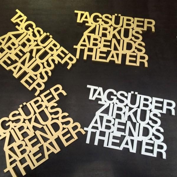 Tagsüber Zirkus abends Theater silber Schriftzug